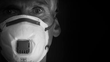 """Las reveladoras imágenes de las manos de un sanitario italiano que lucha contra la COVID: """"Un ardor intenso"""""""