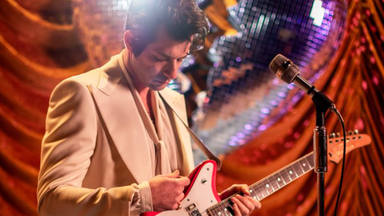 "Mark Ronson lanza videoclip de ""Late Night Feelings"""