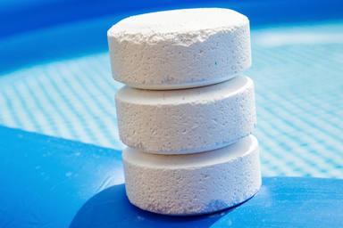 ¿Qué cantidad de cloro tengo que echar en la piscina?