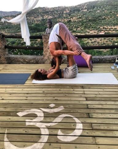El yoga ha unido a Arturo Requejo y su novia Tamara