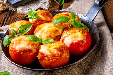 La rica receta de un tomate relleno y dos ingredientes más que arrasa en YouTube