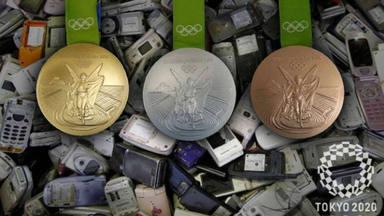Tokio recicla 47 toneladas de dispositivos electrónicos para hacer las medallas Olímpicas
