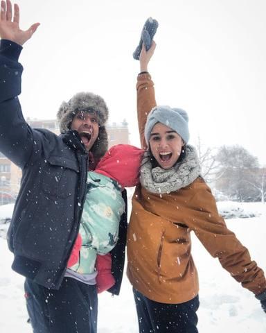 Candela Serrat y Dani Muriel junto a su hija Mérida