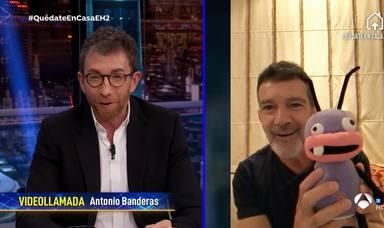 Antonio Banderas con una reproducción de Barrancas desde su casa de Málaga