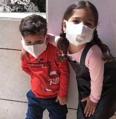 Los hijos de Tamara Gorro con mascarilla en su primer paseo tras el desconfinamiento de los niños