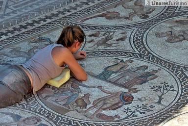 Arqueóloga en el Mosaico de los Amores. Imagen: Tursimo Linares