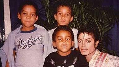 TJ Jackson junto a sus hermanos y su tío, Michael Jackson