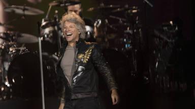 ¡Es completamente cierto! Aquí tienes a Bon Jovi cantando por Harry Styles
