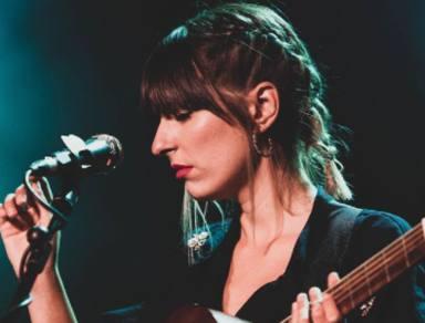 Chica Sobresalto durante un concierto