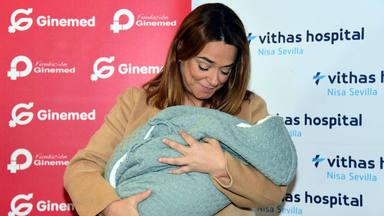 Toñi Moreno no puede reprimir las lágrimas al presentar a la pequeña Lola al salir del hospital