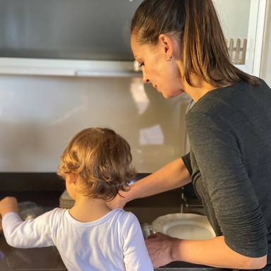 Eva González cocina junto a su hijo Cayetano Jr
