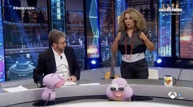 Lolita Flores le muestra a Pablo Motos la faja que lleva para corregir sus problemas de ciática
