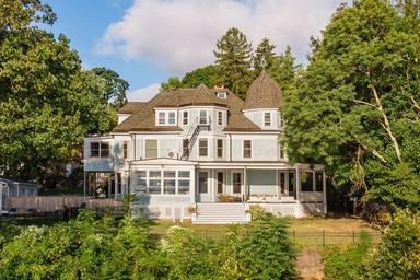 """Si tens 2 milions d'euros pots comprar aquesta casa """"encantada""""."""