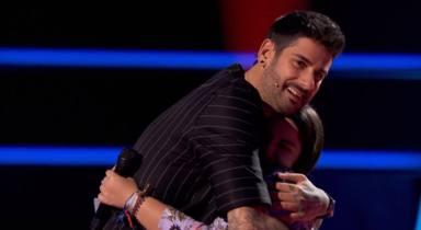 Melendi y Paola Casas se abrazan en 'La Voz Kids'