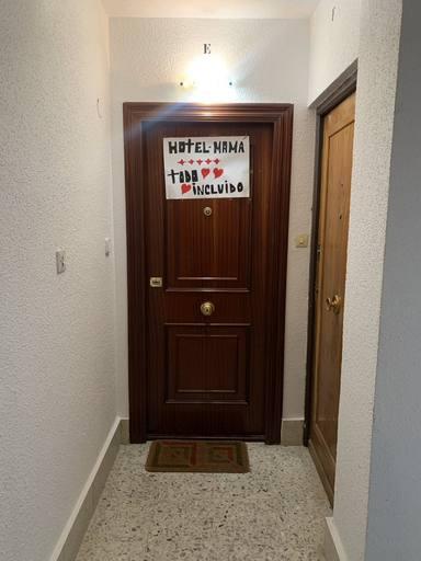 El conmovedor cartel de una madre a su hijo en la puerta de casa para recibirle tras 13 meses sin verse