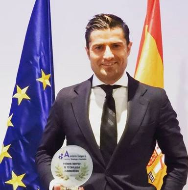 Alfonso Merlos reconocido por su trabajo