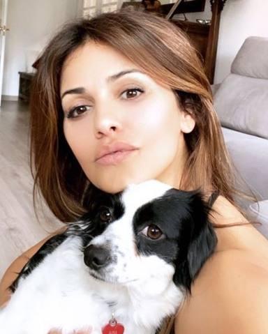 Mónica Cruz junto a uno de sus perritos en casa