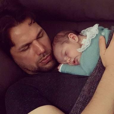 Pepe Flores, ganador de GH 12+1 posa junto a su hijo recién nacido