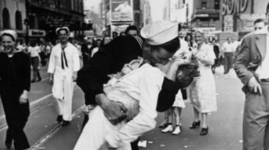 Beso entre enfermera y marinero en la II Guerra Mundial