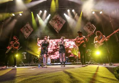 Rozalén y su banda en el Concert Music Festival de Sancti Petri con su gira El árbol y el bosque