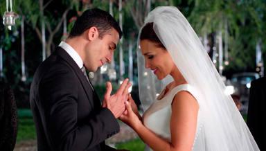 Las divertidas tomas falsas de la 'boda' de Paula Echevarría y Miguel Ángel Silvestre que les han hecho reír a