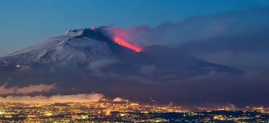 El volcà Etna, el més gran d'Europa, entra en erupció