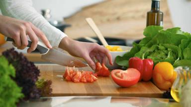 Trucos caseros para desinfectar la tabla de cortar de tu cocina