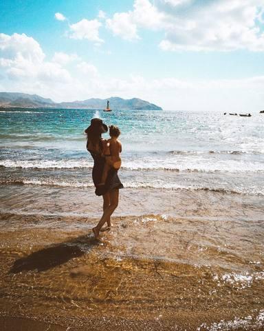 Dafne Fernández y su hijo en la playa