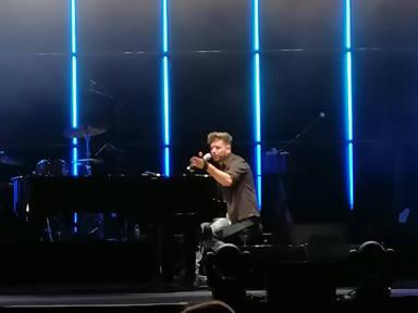 Pablo López, al piano, durante su primera noche en Madrid con Mayday & Stay Tour