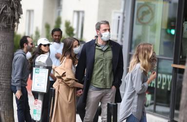 Ben Affleck y Ana de Armas hacen cola en el exterior de un establecimiento
