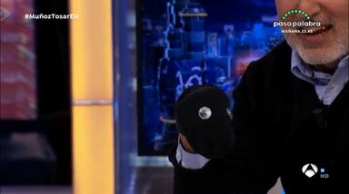 Jorge Salvador muestra que muñeco quería Pablo Motos en el programa