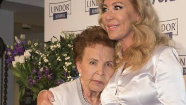 Norma Duval junto a su madre, Purificación Aguilera, recién fallecida, en una foto de 2016