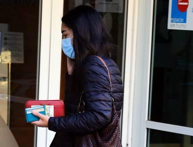 Barbara Mirjan visitando a Cayetano Martínez de Irujo en el hospital