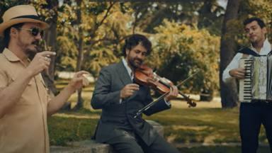 Coque Malla canta 'No Necesito' de Fetén Fetén que le acompañan con su violín y su acordeón