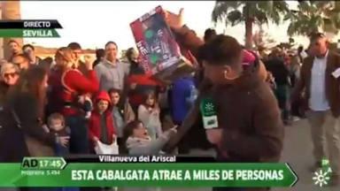 El gritito viral de una niña para alartar a su padre de no ser atropellado en plena cabalgata de Reyes