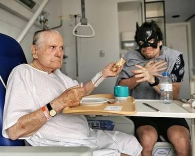 Octavi Pujades de superhéroe con su padre en el hospital