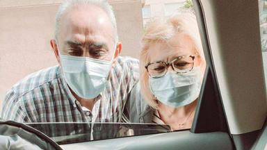 El vídeo viral de una abuela que conoce a su hija por sorpresa por la ventanilla del coche