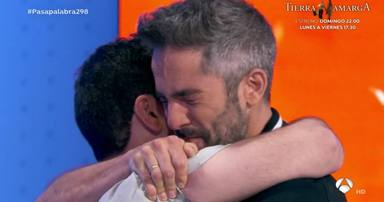 Pablo Díaz, abrazado a Roberto Leal, que no pudo contener las lágrimas tras dar el bote de 'Pasapalabra'