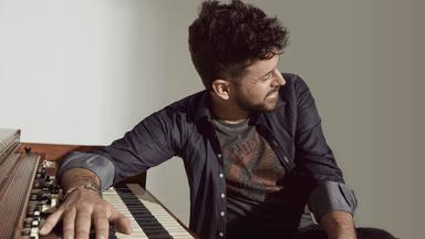 """Pablo López canta """"No es lo mismo"""" de Alejandro Sanz gracias al guitarrista José Antonio Rodríguez"""