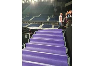 Escaleras hacia el escenario de CADENA 100 Por Ellas en el Palacio de los Deportes de Madrid