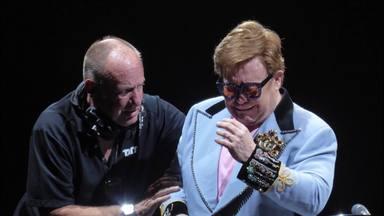 Elton John, sense veu, marxa de l'escenari entre llàgrimes