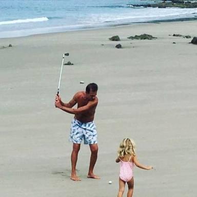 Alessandro Lequio jugando con su hija Ginevra en la playa