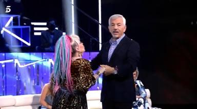 Carlos Sobera haciendo la 'cobra' a Aramís Fuster, que intenta besarle en el plató de 'Secret Story'