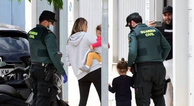 Kiko Rivera e Irene Rosales reciben a la Guardia Civil en la puerta de su casa durante el confinamiento
