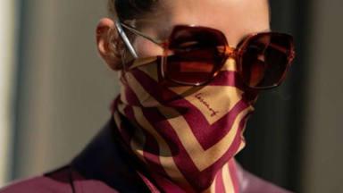 Olivia Palermo con un pañuelo encima de la mascarilla