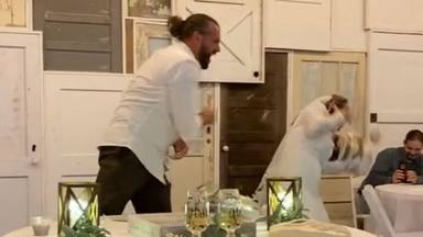 Le tira el pastel de boda a la cara y el vídeo se hace viral en cuestión de horas