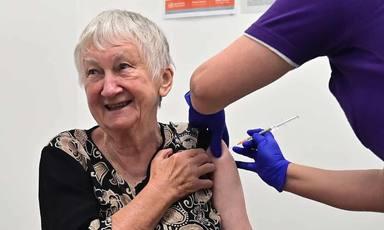 El inesperado gesto de una anciana tras vacunarse que ha sacado los colores a un político australiano
