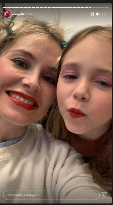 """La adorable tarde en familia de Soraya con su hija Manuela como maquilladora: """"Me encanta tu narizota"""""""
