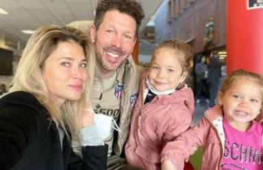 La felicidad suprema de Simeone: del romántico beso con Carla Pereyra al irrepetible momento con sus hijas