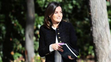 La Reina Letizia recupera su chaqueta militar y sorprende con una elegante cartera